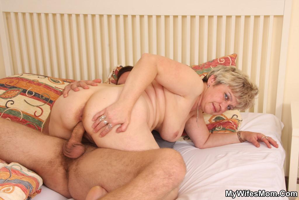 мамаша спит онлайн порно